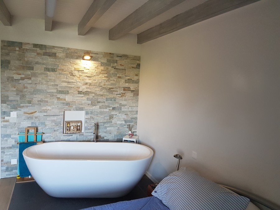 Chambre avec baignoire après